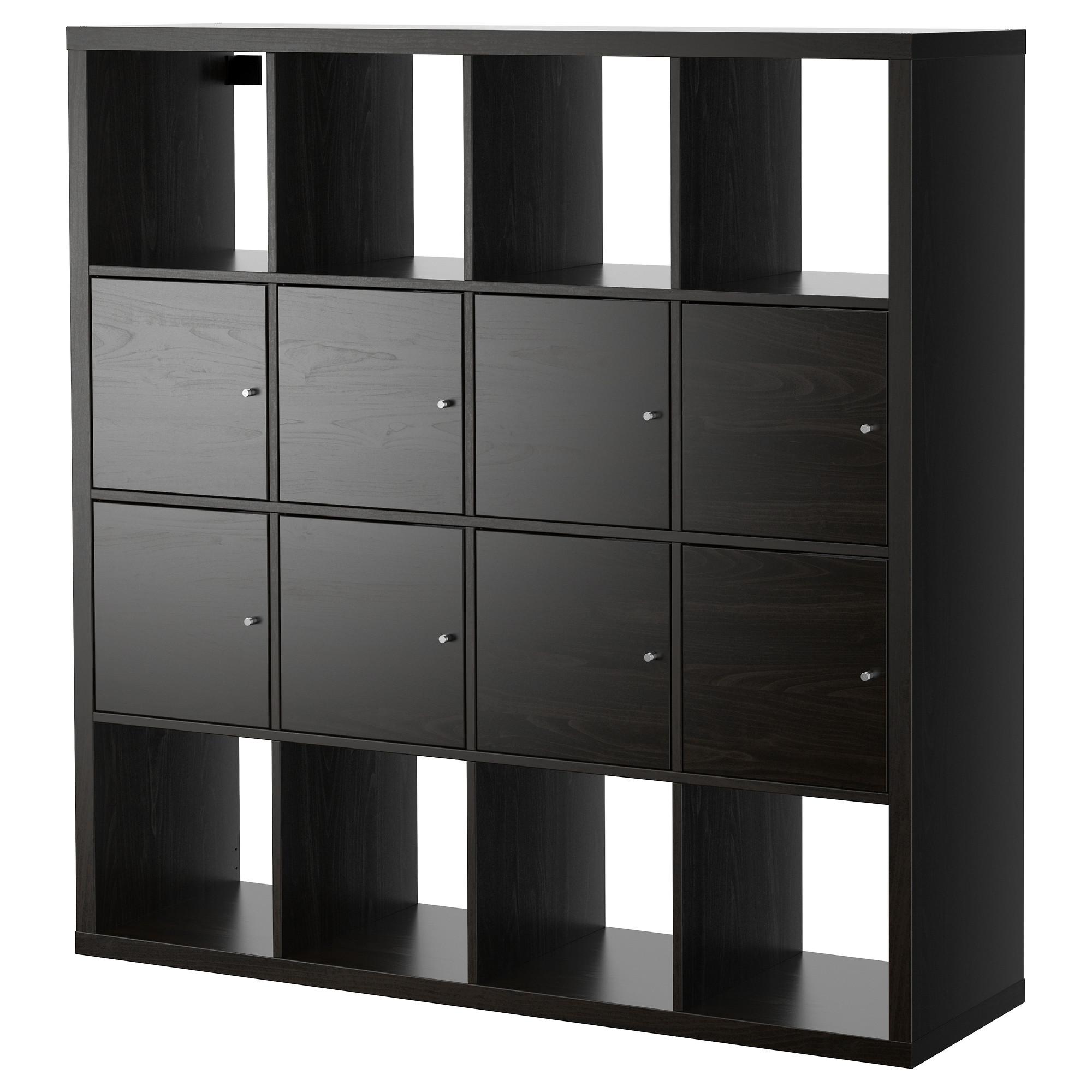 Los estantes de IKEA en el interior